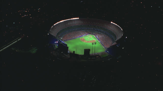 vídeos de stock, filmes e b-roll de aerial of shea stadium with crowd in stands. baseball field. sports. queens, flushing meadows-corona park. - flushing meadows corona park