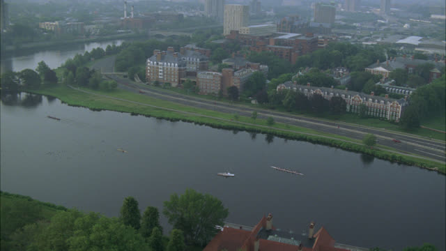 aerial of charles river in cambridge, massachusetts near harvard university campus. apartment buildings, dormitories, campus buildings, and university visible. college campuses. ivy league. boston. - fluss charles stock-videos und b-roll-filmmaterial