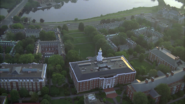 aerial of charles river in cambridge, massachusetts near harvard university campus. apartment buildings, dormitories, campus buildings, and university visible. college campuses. ivy league. boston. - チャールズ川点の映像素材/bロール