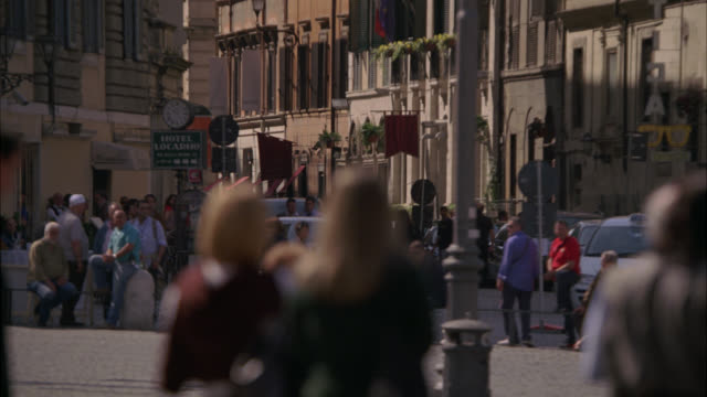 wide angle of piazza or plaza in vatican city in rome. alfa romeo car drives through plaza of people. could be police or secret service. tourists or crowds. - italia video stock e b–roll