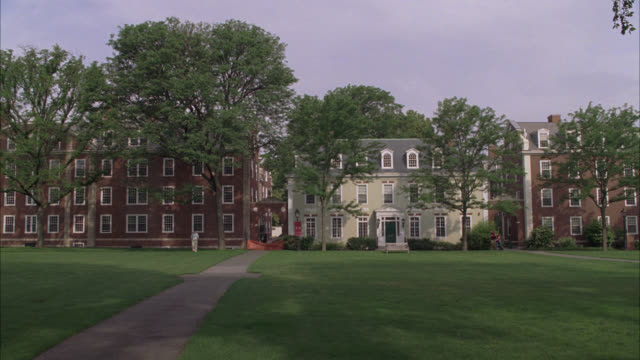 stockvideo's en b-roll-footage met wide angle of buildings, housing, apartment buildings, or townhouses on harvard university campus. college. trees and green courtyard area. students walk on sidewalks. ivy league. boston. - harvard university