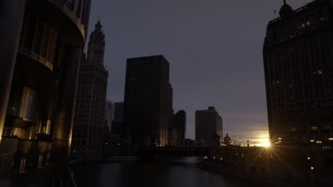 wide angle of chicago river and michigan avenue bridge. wrigley building, clock tower and other skyscrapers, high rise office or apartment buildings in bg. - wrigley building video stock e b–roll