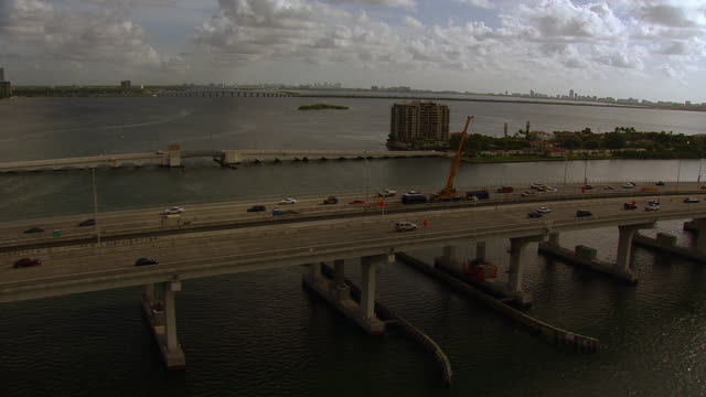 stockvideo's en b-roll-footage met aerial of cars driving over macarthur causeway, freeway or bridge over bay. - macarthur causeway bridge