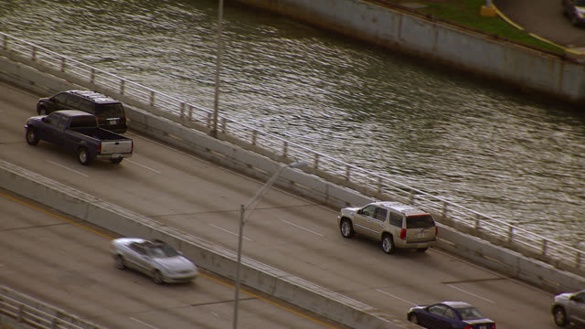 stockvideo's en b-roll-footage met aerial tracking shot of suv and cars over macarthur causeway or freeway. bridge. boats in marina. entering miami beach. - macarthur causeway bridge