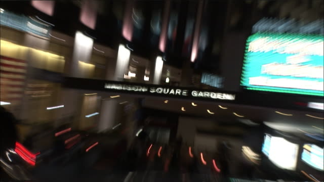 vídeos de stock e filmes b-roll de hand held zoom in and out of madison square garden sign above entrance. midtown manhattan. - madison square garden