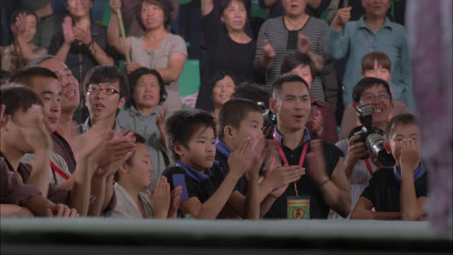 medium angle of people or crowds cheering and clapping. people in front row wear badges and have telephoto lens cameras. - telephoto lens stock videos and b-roll footage