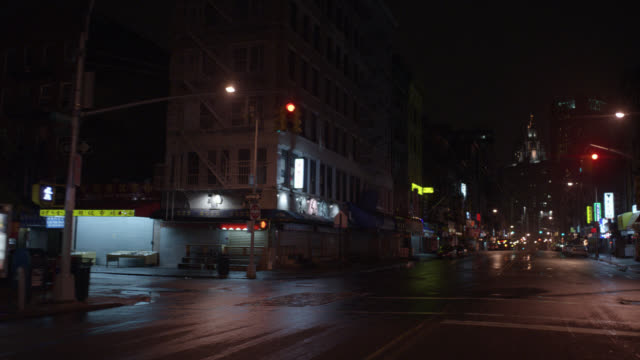 vídeos de stock, filmes e b-roll de process plate straight forward driving pov of chinatown. cars and taxis with headlights pass on new york city streets and through intersection. - placa de processo