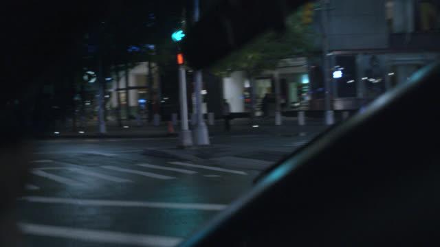 vídeos y material grabado en eventos de stock de hand held moving pov from interior of car driving on two wheels. driver and rear view mirror in fg. new york city streets or urban area. car stunts. - cámara en mano