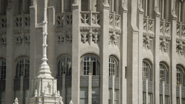 vidéos et rushes de close angle of architecture and windows of tribune tower in downtown chicago. landmarks. could be church, hotel, or office building. - tribune tower