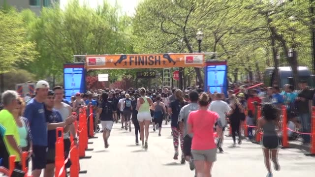 vídeos de stock, filmes e b-roll de thousands participate in running race hed to finish line - salmini