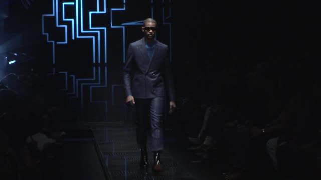 stockvideo's en b-roll-footage met  - versace modelabel