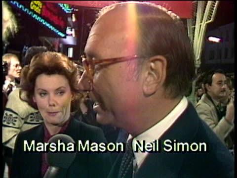 vídeos y material grabado en eventos de stock de 1980s celebrities at premiere, marsha mason and neil simon being interviewed / los angeles, california, usa / audio - guionista