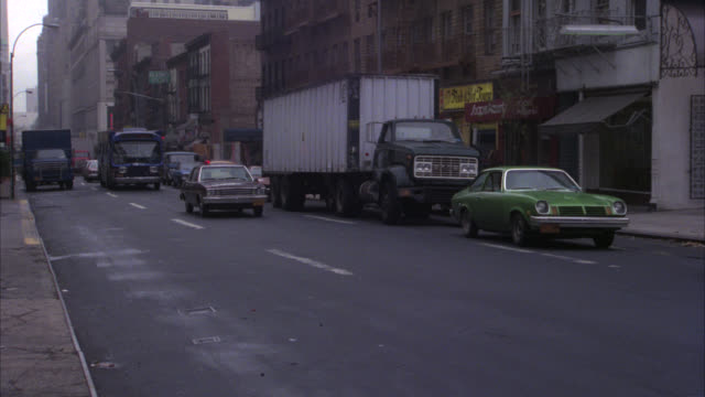 vídeos de stock, filmes e b-roll de pan left to right of cars, city buses, trucks and unmarked police car with flashing lights driving on nyc street and onto queensboro bridge or 59th street bridge on ramp. cities. queens. - queens new york city