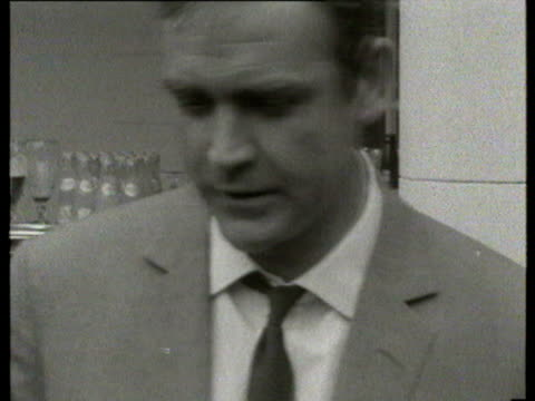 vídeos de stock, filmes e b-roll de 12jul1966 b/w montage england team visit pinewood studios alf ramsey with yul brynner sean connery with jimmy greaves bobby charlton with robert... - cultura inglesa
