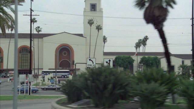 vidéos et rushes de wide angle driving pov 3/4 right forward of union train station. downtown los angeles. several takes. street signs for the northbound 101 freeway entrance. multiple takes. - union station los angeles