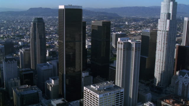 stockvideo's en b-roll-footage met aerial of downtown los angeles skyline. us bank tower and westin bonaventure hotel prominent. glass office buildings. high rises and skyscrapers. city. - us bank tower