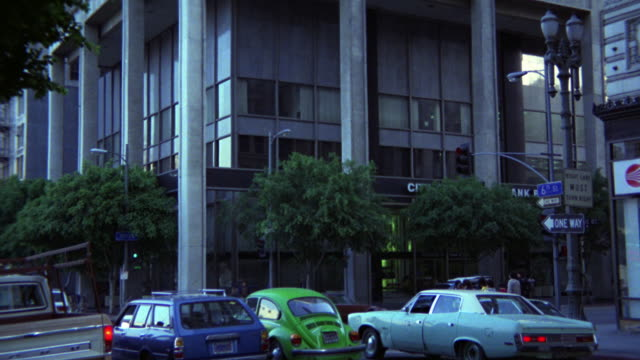 pan up of high rise office building or skyscraper in downtown los angeles. street corner of 6th and olive street. see 6534 thru 6537 also 6540 and 6541. - 1980年点の映像素材/bロール