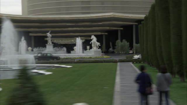 stockvideo's en b-roll-footage met pan right to left, driving pov straight right of las vegas strip, cars, sidewalks. see caesars palace casino garden entrance with statues and waterfalls.preview file has been trimmed from master clip 2045-034. for additional footage, see clips 2045-921 to - 1998