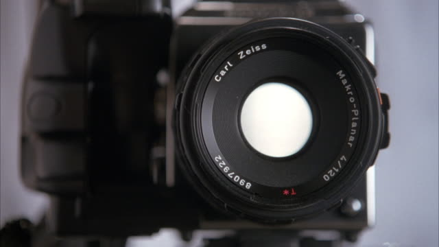 close up angle of an xlr camera with a carl zeiss lens. shutter closes and opens 5 times as if taken a photograph. 18 fps fast motion or time lapse. - persiana caratteristica architettonica video stock e b–roll