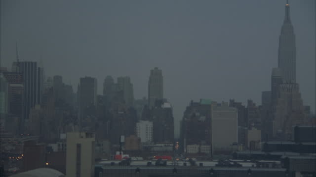 aerial. new york city skyline. flying towards high rise buildings. - anno 2001 video stock e b–roll