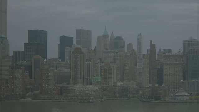aerial. flying over water from r-l. looking at new york city skyline. pre 9-11. - anno 2001 video stock e b–roll