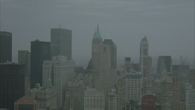 aerial. flying over water from r-l. looking at new york city skyline. - anno 2001 video stock e b–roll