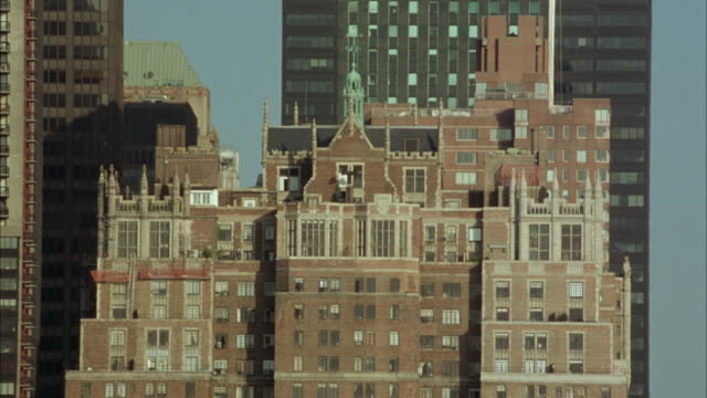 wide angle. est. top of brick apartment building in new york city. penthouse. tudor city apartment building, midtown manhattan. upper class. - tudor stock videos and b-roll footage