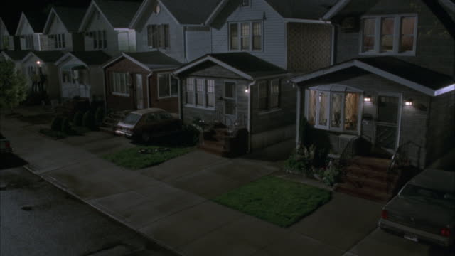 """wide angle of two story, middle class, suburban tract houses separated by narrow driveways. some pedestrians pass by. matching dx/nx shots 2281-025 to 2281-057.<p><a href=""""https://www.sonypicturesstockfootage.com/footage?kid=4402"""">for day-night matching s - zweistöckiges wohnhaus stock-videos und b-roll-filmmaterial"""