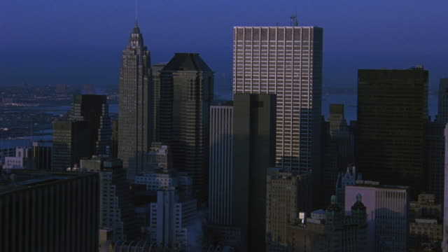 aerial panning across high rises and skyscrapers in new york city. - anno 2001 video stock e b–roll