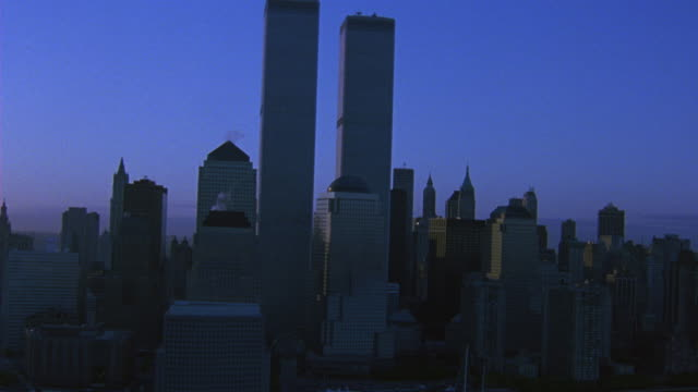 vídeos y material grabado en eventos de stock de aerial around the world trade center twin towers. see high rises and skyscrapers surrounding wtc as camera pans from l-r. - 2001