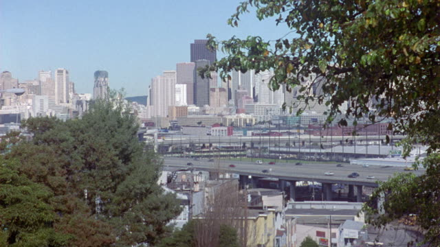 wide angle of san francisco financial district and knob hill skylines. see transamerica pyramid and bank of america buildings amongst skyscrapers, high rises, and multi-story office buildings. trees and highway in foreground. freeway. downtown urban area. - knob stock videos and b-roll footage