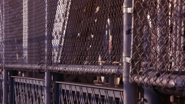 vídeos y material grabado en eventos de stock de close angle of chain link fence and iron girders or rails on manhattan bridge bike path or walkway. - manhattan bridge