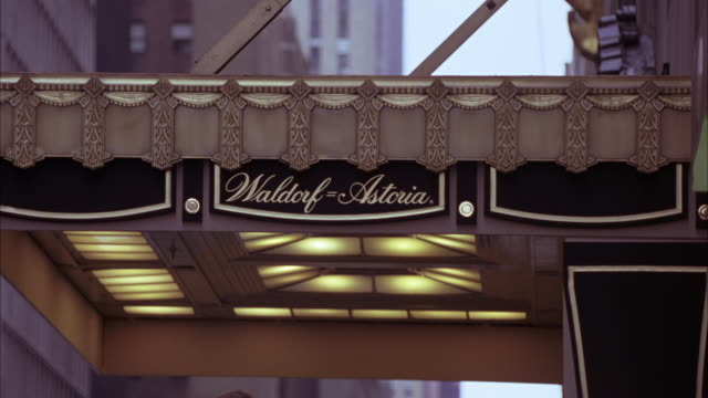 wide angle of waldorf astoria hotel awning with name of hotel in script. - ウォルドルフ・アストリア点の映像素材/bロール