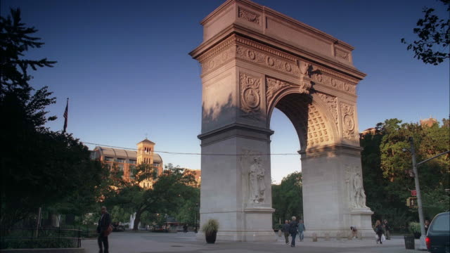 wide angle of washington square arch entrance to washington square park. see cars, taxis, and pedestrians walking through foreground. - arch stock videos & royalty-free footage