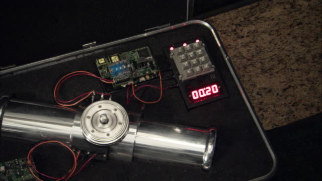 "vídeos de stock, filmes e b-roll de close angle of bomb device set in open suitcase. wires connect canister to circuit board, number pad and led screen, which reads ""00:20"". - bomb"