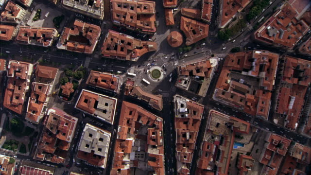 vídeos de stock e filmes b-roll de aerial birdseye pov of salamanca spain with plaza mayor in the middle of other buildings with red tile roofs. a european cityscape.  europe cities. - espanha