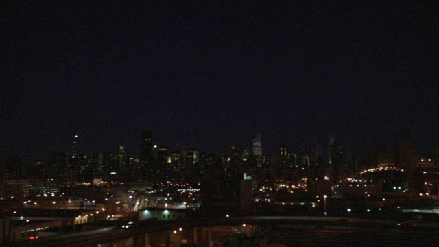 stockvideo's en b-roll-footage met wide angle new york city skyline with manhattan bridge or queensboro bridge. car traffic driving across. matching dx/nx 4061-007 to 4061-025. - midtown manhattan