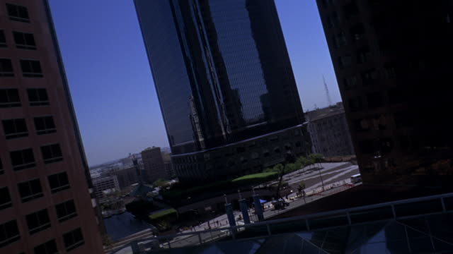 vídeos de stock, filmes e b-roll de aerial flying pov through several office buildings or skyscrapers in downtown los angeles. - sony pictures entertainment