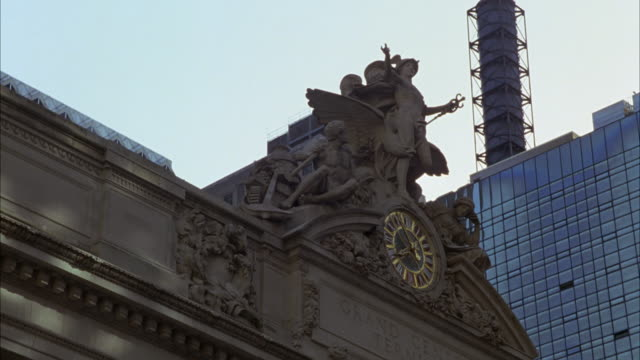 up angle of clock and sculptures of minerva, hercules and mercury above entrance to grand central station in midtown manhattan, new york. - minerva 個影片檔及 b 捲影像