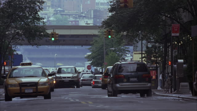 vídeos de stock, filmes e b-roll de wide angle of a ford mustang and truck speeding, swerving through cars, taxis on new york city street. could be car chase. - sony pictures entertainment