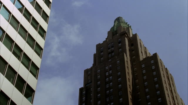 pan down of the waldorf astoria hotel. upper class. art deco high rise building. architecture. midtown manhattan, east side. - ウォルドルフ・アストリア点の映像素材/bロール