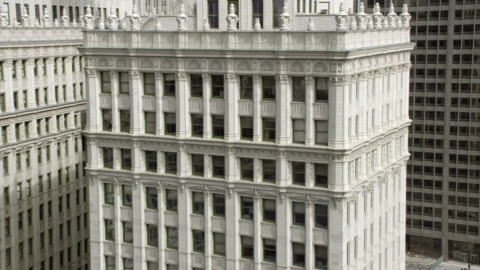 pan up wrigley building and tribune tower in downtown chicago. landmarks. cities. high rises could be hotels, office buildings, or apartment buildings. clock towers. - torre del tribune video stock e b–roll