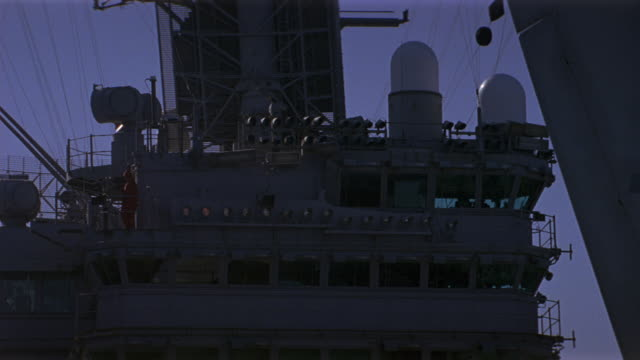 hand held of bridge and conning tower of navy aircraft carrier. military personnel visible on catwalks. radar antennas and rigging visible. - flugzeugträger stock-videos und b-roll-filmmaterial