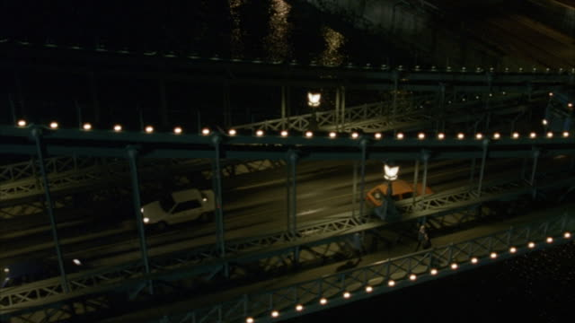 vidéos et rushes de aerial. camera hovering next to chain bridge. car transport truck drives onto bridge. camera moves from r-l following truck. comes around to front of bridge looking straight down on street. cars pass underneath. - budapest