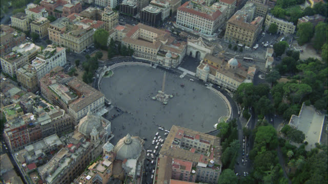 vídeos de stock e filmes b-roll de aerial of piazza del popolo with obelisk in center. town square or plaza. multi-story office or apartment buildings. red tile roofs. landmarks. - obelisk