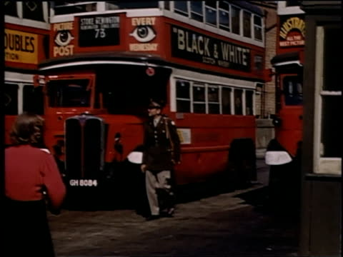 vídeos y material grabado en eventos de stock de uniformed soldier and civilians walking past double-decker buses / london, united kingdom - autobús de dos pisos