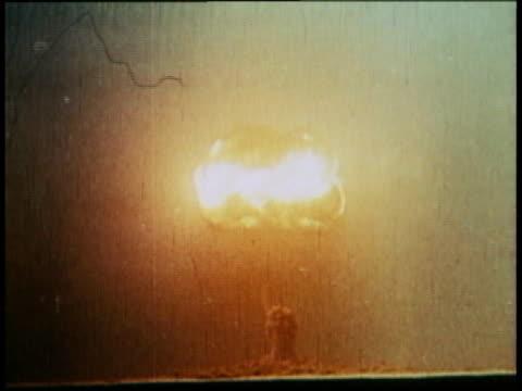vidéos et rushes de . - champignon atomique