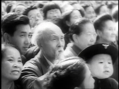 vidéos et rushes de montage crowds gathering at the palace in tokyo to see newly crowned prince akihito / japan - 1952