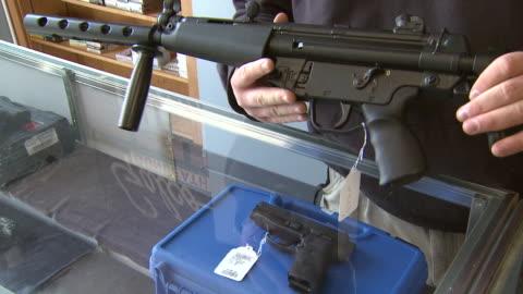 . - 銃器店点の映像素材/bロール