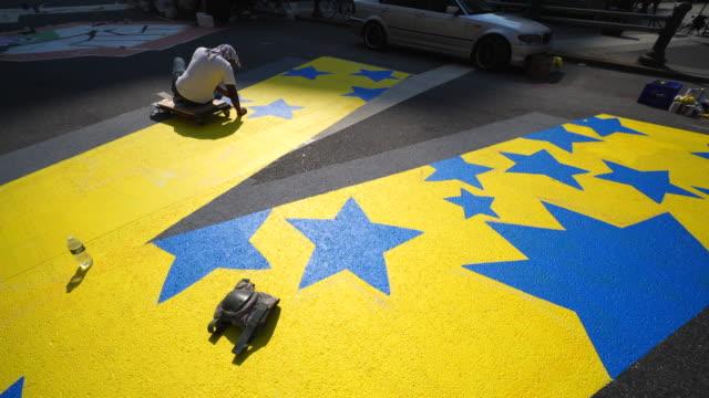 02nd july 2020: black lives matter murals appear along centre street between worth street in lower manhattan at front of courthouse. artists create... - öffentlicher auftritt stock-videos und b-roll-filmmaterial